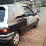Une voiture sur un dos d'âne anarchique sur une route à Conakry