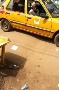 Un taxi de Conakry sur un dos d'âne anarchique sur une route de la ville.