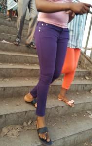 Jeune fille en collant dans une rue de Conakry