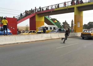 Piétons traversant l'autoroute - Conakry