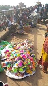 Occupation anarchique du pont piétons par des vendeurs ambulants sur l'autoroute - Conakry