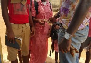 Instituteur et élèves à Conakry (Mise en scène)