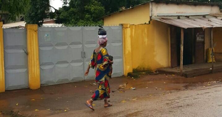 Livreur de repas à l'apporche de la coupure du jeûne - ramadan - Conakry