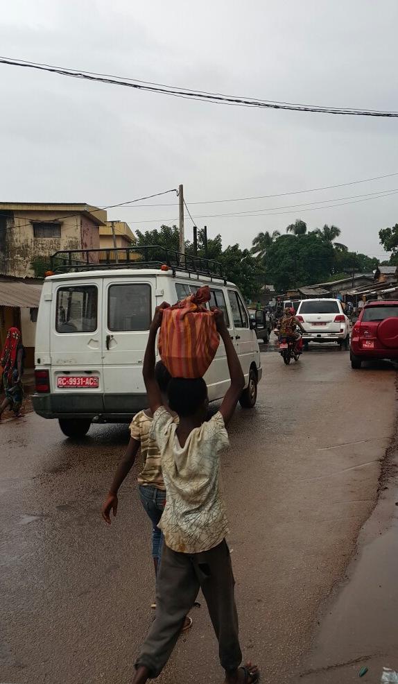 Livreurs de repas à l'apporche de la coupure du jeûne - ramadan - Conakry